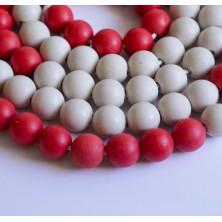 Cadena jumbo de 100 bolas blancas y rojas de madera reciclada  de  25 mm de diámetro