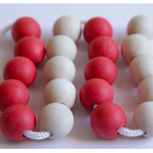 Cadena jumbo de 20 bolas de madera rojas y blancas de 25 mm de diámetro