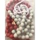 Cadena de 100 bolas rojas y blancas de madera reciclada  de 13 mm de diámetro